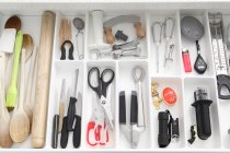 Vista superior de utensilios en el cajón de la cocina - foto de stock