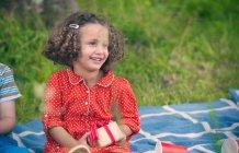 Девушка с подарком на день рождения пикник — стоковое фото