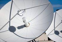 View of white satellite dishes, usa — Stock Photo