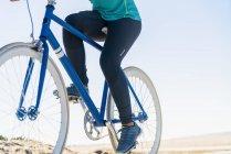 Жінка Велоспорт велосипед на відкритому повітрі, низький розділ, Закри — стокове фото