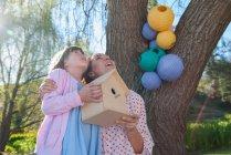 Mutter und Tochter halten Vogelhäuschen — Stockfoto