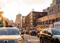 Traffico a Chinatown al tramonto, New York, USA — Foto stock