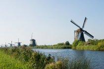 Ветряные мельницы в строке на берегу — стоковое фото