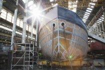 Сонячної човен корпусу в майстерні суднобудівний завод — стокове фото