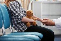 Docteur tenue main de jeunes filles — Photo de stock