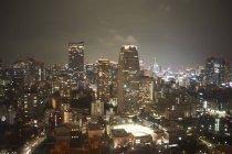 Ctyscape vista com arranha-céus de noite — Fotografia de Stock
