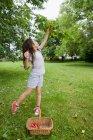 Chica recogiendo fruta en el patio trasero - foto de stock