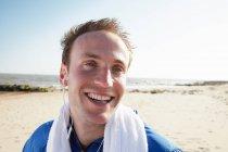 Счастливый человек на пляже после тренировки — стоковое фото