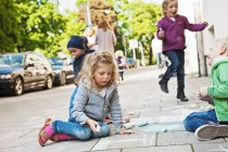 Дитячий малюнок на тротуарі з крейдою — стокове фото
