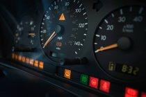 Nahaufnahme des Armaturenbretts im Auto mit Differentialfokus — Stockfoto