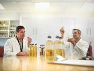 Les scientifiques dégustant du whisky en plante — Photo de stock