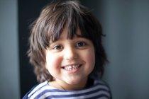 Gros plan du visage de garçons souriant — Photo de stock