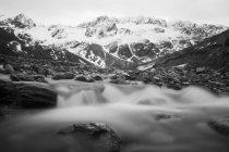 Meltoff glaciale corre giù per la montagna a Ushuaia — Foto stock