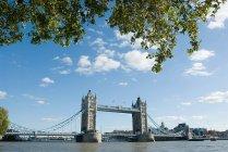 Tower bridge e il Tamigi con il cielo nuvoloso sullo sfondo, Londra, Regno Unito — Foto stock