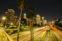 Vue des toits de la ville et de la route dans la nuit — Photo de stock