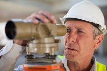 Trabalhador que utiliza equipamentos no local — Fotografia de Stock