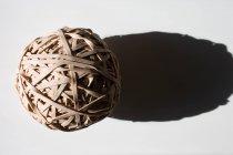 Крупным планом выстрел мяч резиновых полос с тенью — стоковое фото