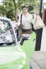 Женщина загружает сумки в машину — стоковое фото