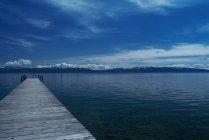 Дерев'яні dock у ще озеро — стокове фото