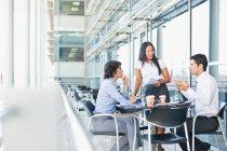 Geschäftsleute arbeiten im Café zusammen — Stockfoto