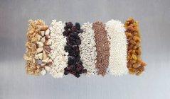 Granola feita à mão e muesli com passas — Fotografia de Stock