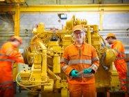 Жіночий інженер перед двигуном — стокове фото