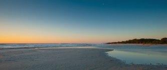 Soleil se levant sur la plage — Photo de stock