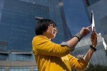 Случайная деловая женщина за столом возле офисных зданий — стоковое фото