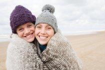 Women sharing a blanket — Stock Photo