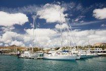 Яхты пришвартованы в гавани Пуэрто-Калеро — стоковое фото