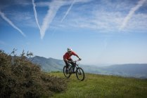 Cyclist mountain biking, San Luis Obispo, California, United States of America — Stock Photo