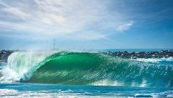 Keil der Surfwelle im hellen Sonnenlicht — Stockfoto