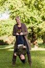 Mãe e filho brincando no parque — Fotografia de Stock