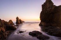 Playa al atardecer en California - foto de stock