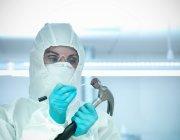 Portrait d'un expert médico-légal prélevant un échantillon de sang du marteau en laboratoire — Photo de stock