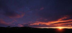 Закат над сельский пейзаж — стоковое фото