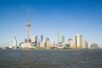 Observando la vista del skyline de Pudong, la torre perla oriental, durante el día - foto de stock