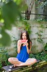 Lächelnde Frau isst Wassermelone — Stockfoto