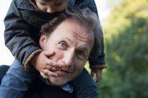 Отец носит сына на плечах — стоковое фото