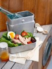 Яйця з м'ясом та овочами в металевих lunchbox — стокове фото