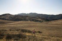 Reife weibliche Läufer laufen durch Landschaft, Thousand Oaks, Kalifornien, Usa — Stockfoto