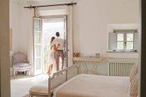 Casal admirando vista da varanda — Fotografia de Stock