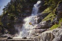 L'homme chute en descente en rappel, Ehrwald, Tyrol, Autriche — Photo de stock