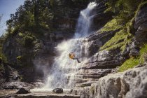Uomo di discesa in corda doppia cascata, Ehrwald, Tirolo, Austria — Foto stock