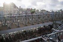Biciclette parcheggiate sul marciapiede di città — Foto stock