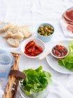 Konserven mit Brot und Salat — Stockfoto
