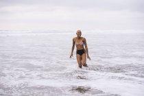 Женщина в бикини, стоя в океане — стоковое фото