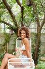 Sorrindo mulher tomando sol ao ar livre — Fotografia de Stock