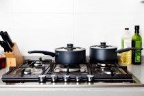 Casseroles sur la cuisinière à gaz — Photo de stock