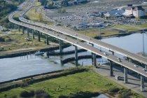 Трафік на річці шосе естакади — стокове фото